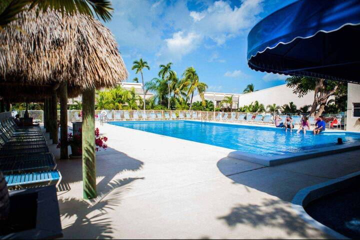 Spacious Townhouse with pool at the Executive Bay Club