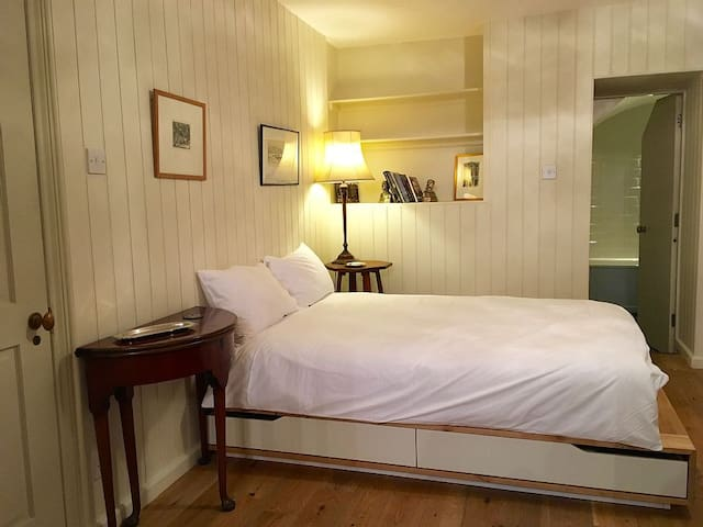 1 bed flat in historic Soho house central London