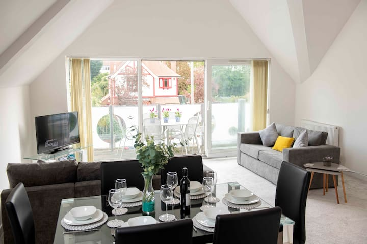 💫 Coral Apartment- Luxurious, professional space with balcony in Poole, Dorset 💫