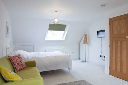 Airy spacious Hove loft room with ensuite. - Hove - Casa
