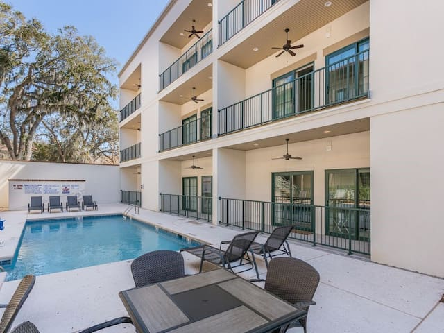 One bedroom condo w/ pool in the SSI Village area