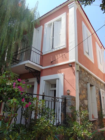Ground floor-Traditional house. 2 min from the sea