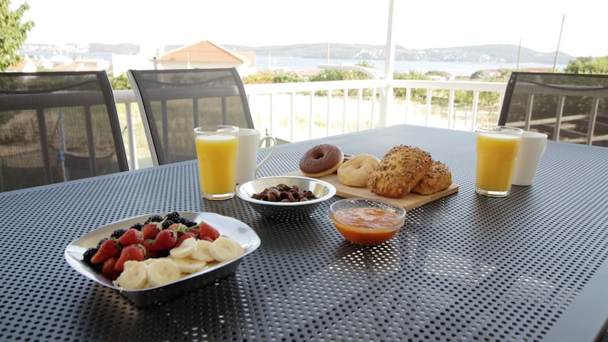 Seaview house, fast wifi, free parking, fully AC