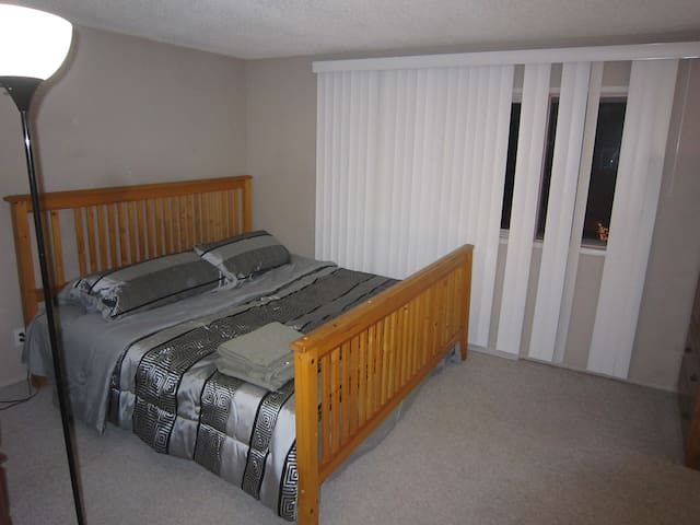 King-sized bed, Couples, 2-minute walk to C-train - Calgary - Ev