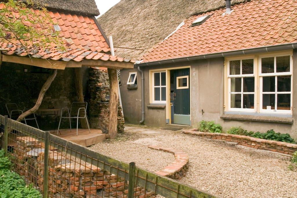 Ruim appartement in monumentale betuwse boerderij for Opknap boerderij te koop gelderland