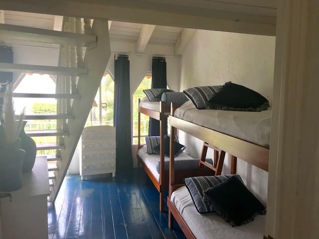 Cuarto con 2 literas  y balcón