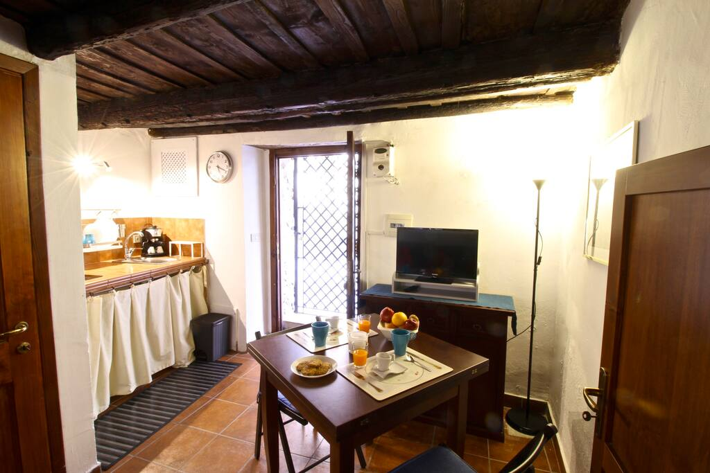 L'ingresso dell'appartamento con angolo cucina