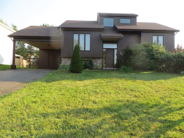 Raised ranch bungalow with large screened porch - Moncton - Casa