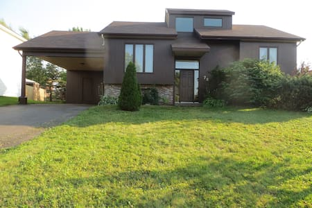 Raised ranch bungalow with large screened porch - Moncton