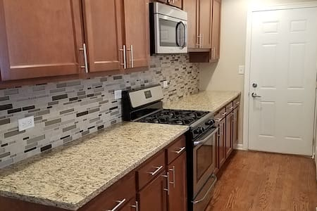 Completely Remodeled 3 BR House in Wheeling - Wheeling - Rumah
