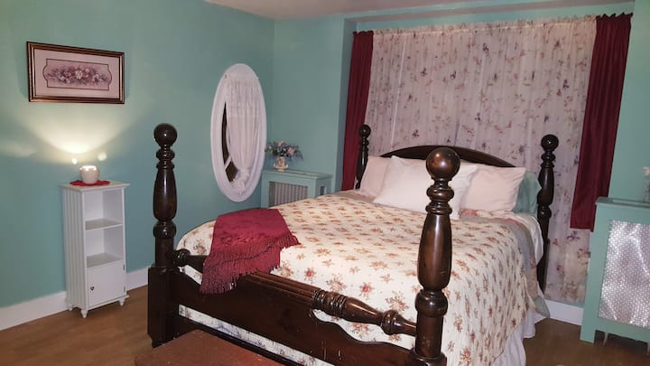 Rosebud Room Queen Size Bed Two Shared Baths