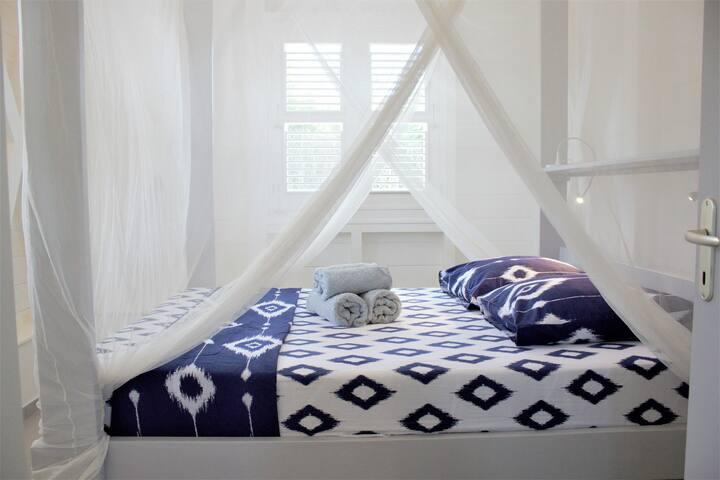 Superbe lit à baldaquin