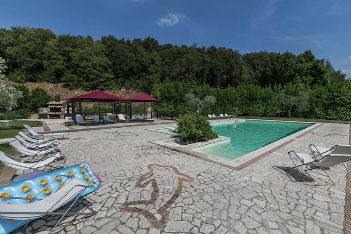 Luxury, modern apartment with pool and stunning views, 1 hour from Rome