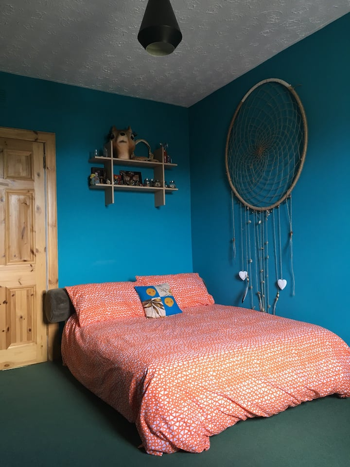 Room in quirky fun flat in pretty fishing village.