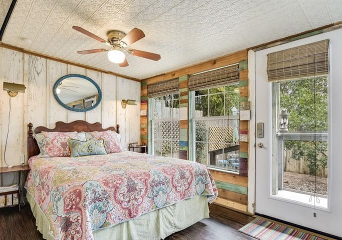 The Cherrywood Casita - privacy near UT & downtown