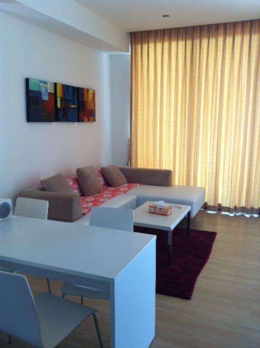 时尚简约舒适的客厅,适合家人休闲,也适合商务办公