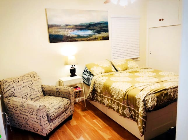 B1 Private bedroom w bath inside, walk to Disney
