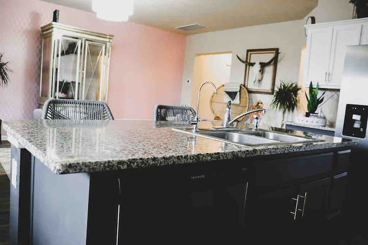 Charming  Country Glam Guest Suite Near Airport