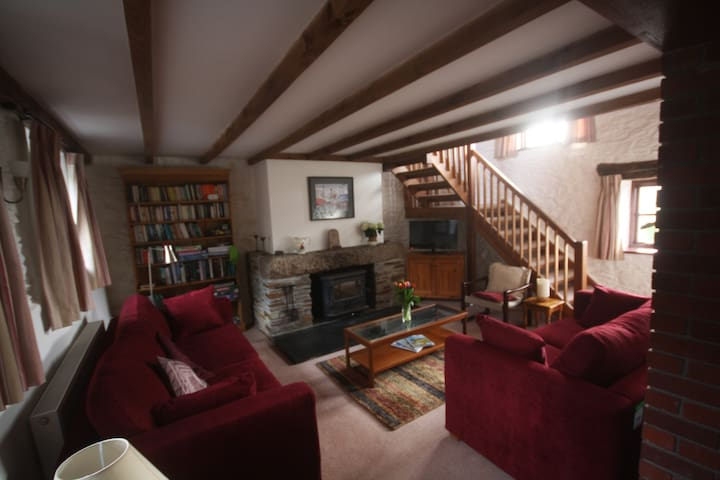 Delightful country cottage with pool, near village