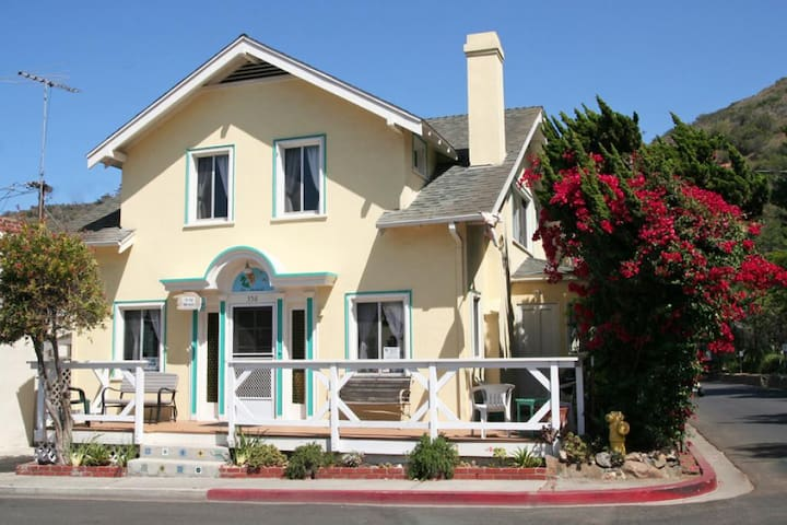 Large Comfortable Family Home, 3 Blocks to Beach  Shops, BBQ, WIFI - 358 Descanso Ave