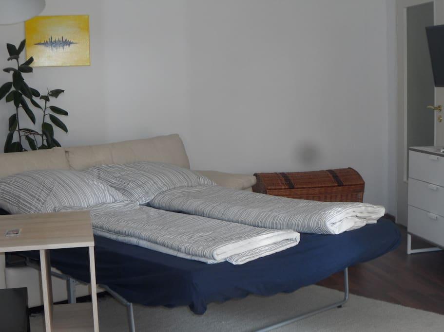 Die Liegefläche zum Schlafen beträgt 1,40 x 2,00 Meter. Es ist auch ein einfaches Gästebett für einen zweiten separaten Schlafplatz  vorhanden.