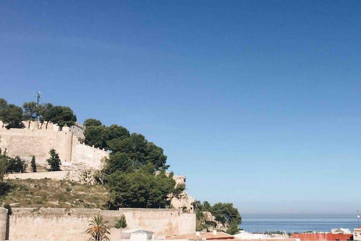 Ático Duplex con vistas al mar, puerto y castillo.
