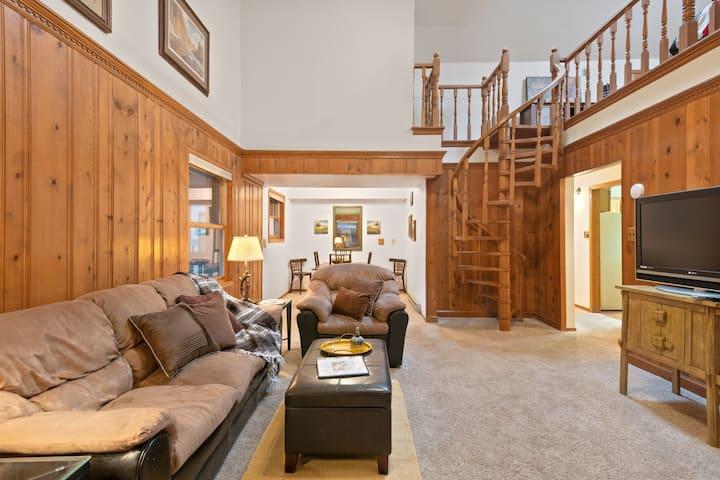 Mountain view condo w/ spacious balcony - close to Angel Fire Resort!