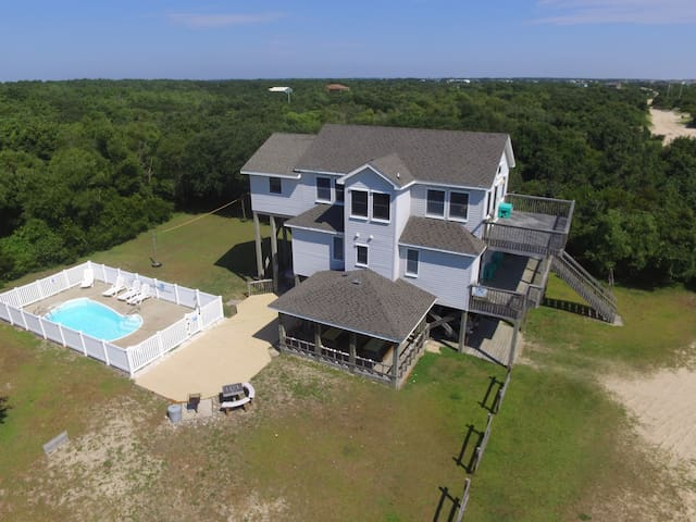 E&S Secluded! 5 min walk to beach Pool Hot tub Horseshoes Volleyball Patio