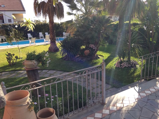 Double Room + breakfast in Villa with Pool - Mascalucia - Bed & Breakfast