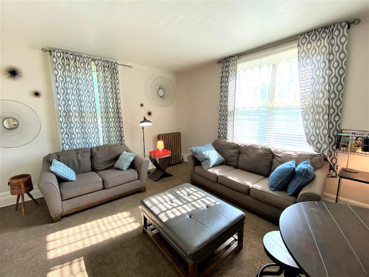 Ultra-convenient Blackstone area one bed apartment with parking included