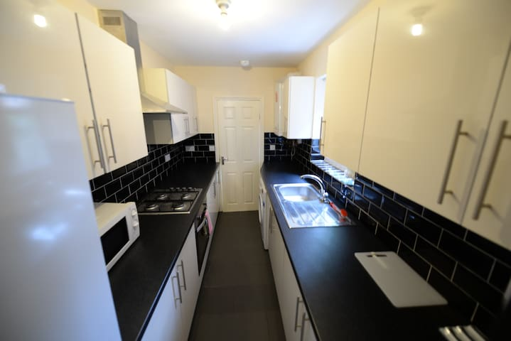 *Coventry* - 4 Bed, 4 bathroom