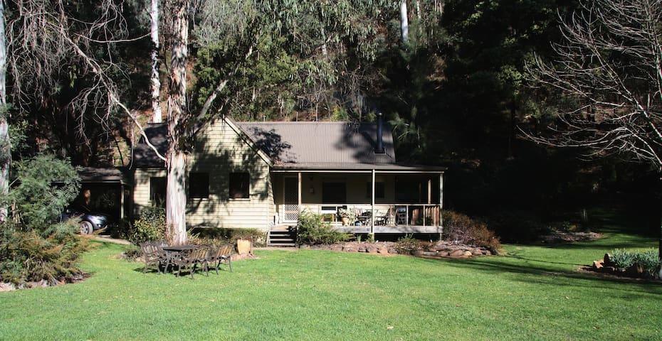 Shady Brook Alpine delux Spa Cottage and garden
