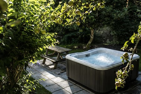 Timber Hill Cottage with Hot Tub - Pembrokeshire - Haus