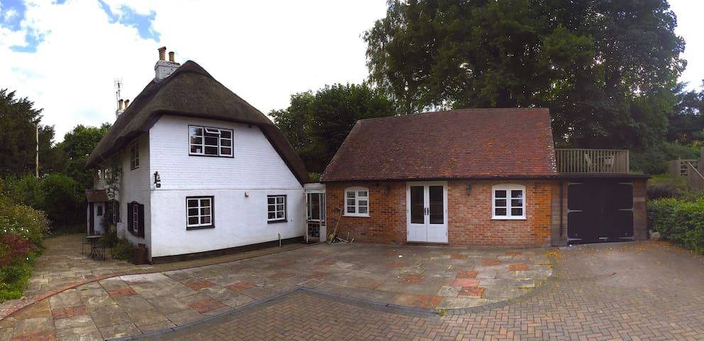 Large modern annexe room & lovely thatched cottage - Abbots Worthy - Hus