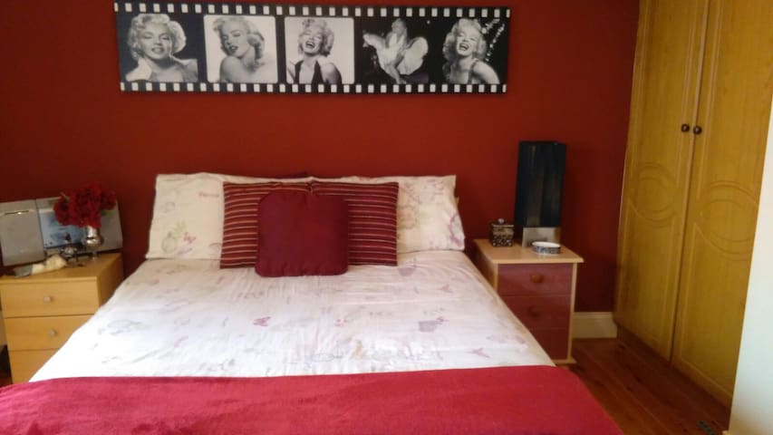 Heart of Galway, Room ensuite & Parking free.