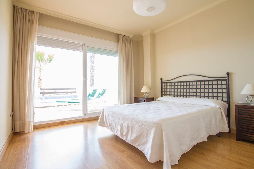 Habitación de matrimonio, amplia y luminosa con baño privado