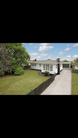 Large House with a Large section - Pukekohe - Casa