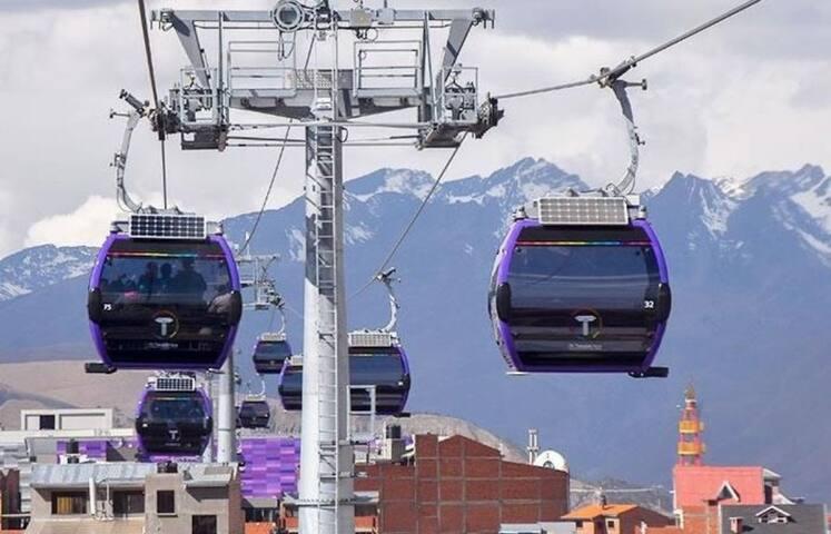 Teleferico de la línea morada une la ciudad del alto y la ciudad de la Paz se encuentra al frente del apartamento.