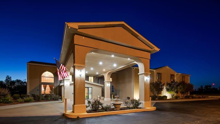 Hotel Lincoln Inn has Casino slot Machine & Bar