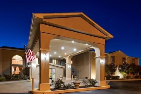 Hotel Lincoln has Casino slot Machine & Liquor Bar