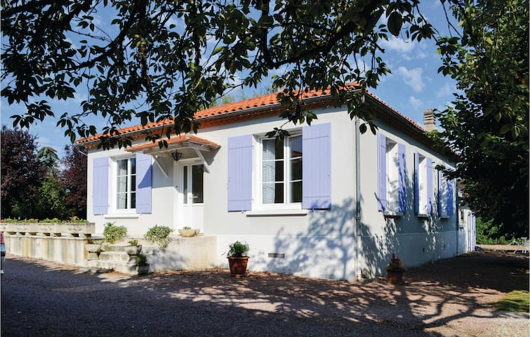 Holiday cottage with 3 bedrooms on 75m² in Bassillac