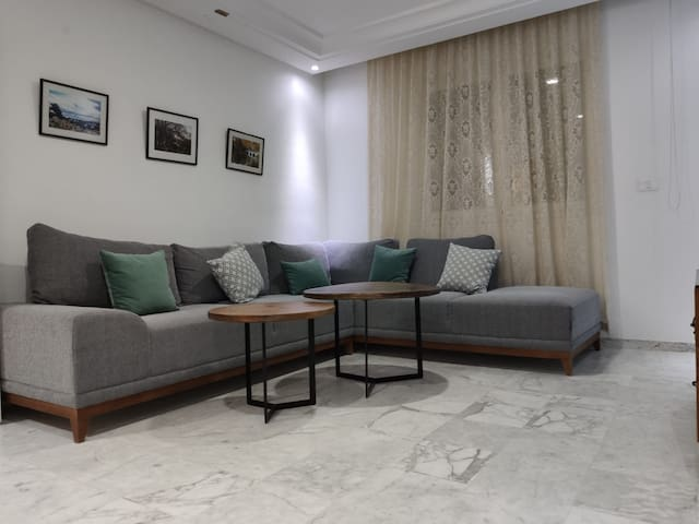 Clean and Modern Private Room next to the Airport