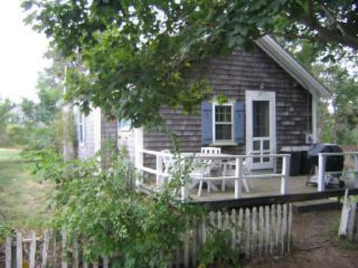 Cute, cozy cottage-- Close to Town and Attractions
