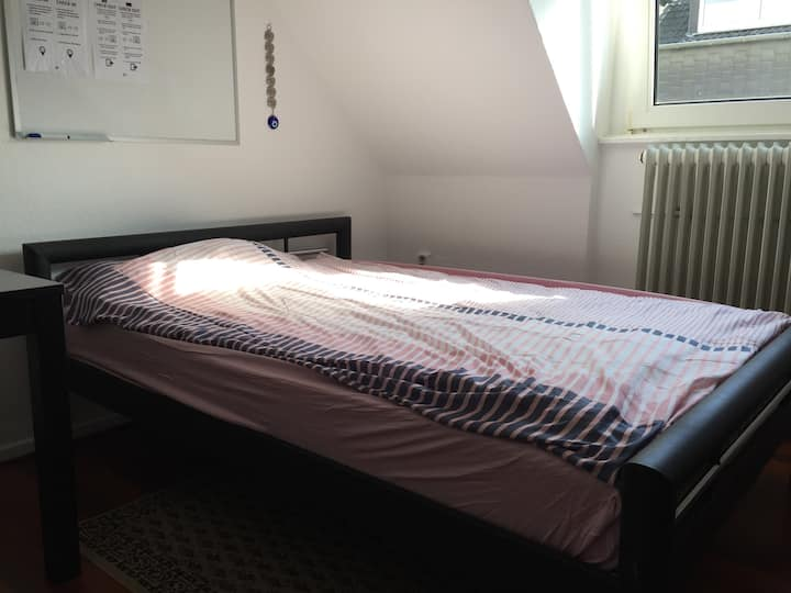 New - KING BED ROOM, Airport, BVB, Metro! :)