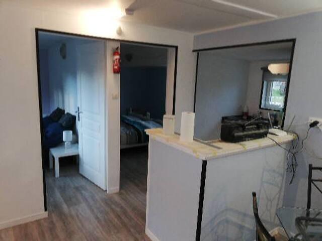 Zicht op de twee slaapkamers  en deel keuken