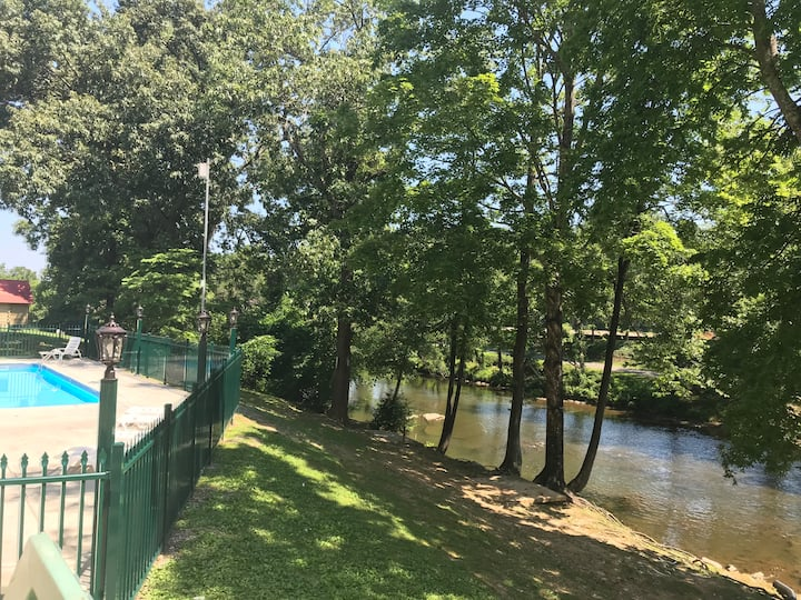 River Cottage Condo: One block of the Parkway! Close to Cal Ripken Fields!