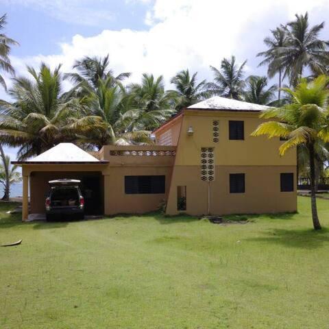 Casa humilde a orillas del mar.