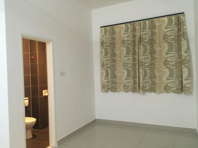 Spacious Room in Bandar Putra - Kulai - House