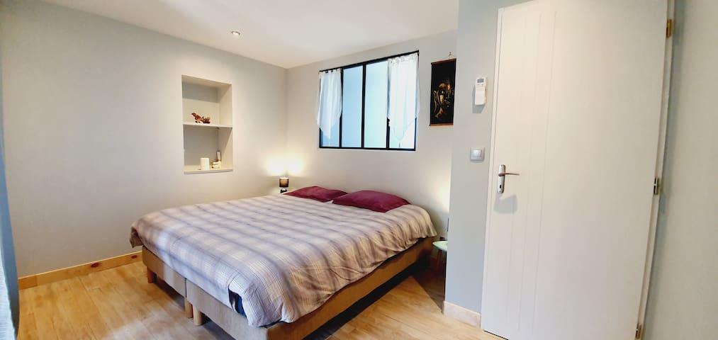 Chambre Avec lit 180x200, deux dressings et accès sur un petit bolet extérieur