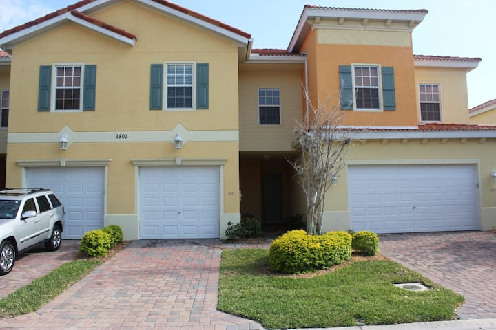 Beautiful 3-Bedroom Townhome 10 Minutes to Beaches